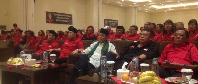 Petinggi PDIP Banten dengan Cawagub Banten Embay Syarif di raker PDIP kota Tangerang, Senin 14/11 (dok. Indra/KM)