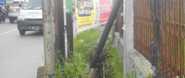 Tiang listrik yang roboh di Jl. Raya hankam, Pondok Gede (dok. Mugi/KM)