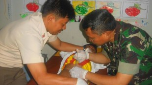Pelaksanaan khitan saat acara khitan massal di Nur Hikmah Islamic Fullday School, Bekasi Selasa 27/12 (dok. Mugi/KM)