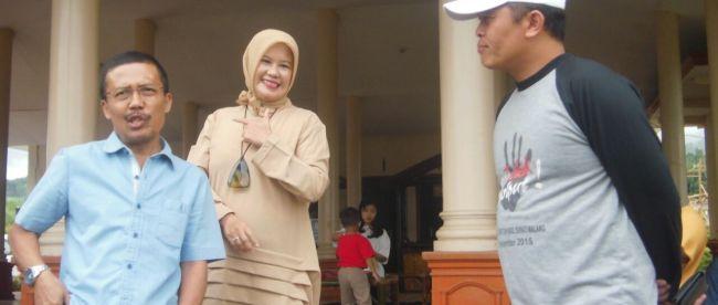 Punjul Santoso wakil walikota batu (kiri) dan istrinya bersama Kades Pujonkidul Udi Hartoko saat memberikan keterangan pada KM (dok. Mugi/KM)