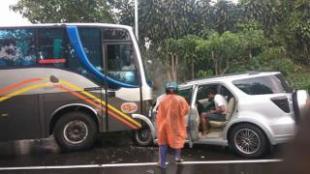 Kondisi mobil dan bus yang terlibat calam kecelakaan lalu lintas di Jalan Raya Puncak, Ciloto, Cianjur Selasa 8/8