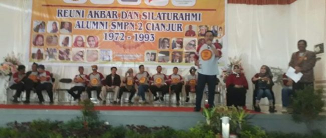 Mayjen (Purn) Tatang Zaenudin saat berbicara di hadapan ribuan alumni SMPN 2 Cianjur, 19/8 (dok. KM)
