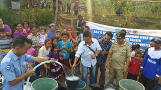 Perumdam Tirta Mukti Cianjur sedang medistribusikan pasokan air bersih kepada 110 kepala keluarga di Kampung Pangkalan Sari, Desa Mande, Kabupaten Cianjur, Jawa Barat, Selasa 19/9/2017 (dok. KM)