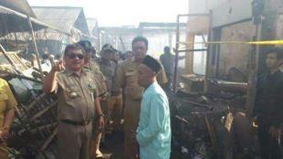 Kunjungan Bupati Garut Rudy Gunawan ke Pasar Leles yang terbakar, Selasa 12/9 (dok. kM)