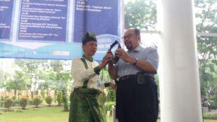 Deny Husni dari Anjungan Jambi TMII saat memberikan cinderamata pada Rektor UMN Ninok Leksono, Rabu pagi 13/9 (dok. kM)