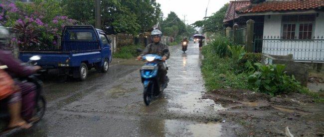 Pengendara melintasi jalan Pasar Dramaga-Petir yang tengah ditingkatkan, Minggu 19/11 (dok. KM)