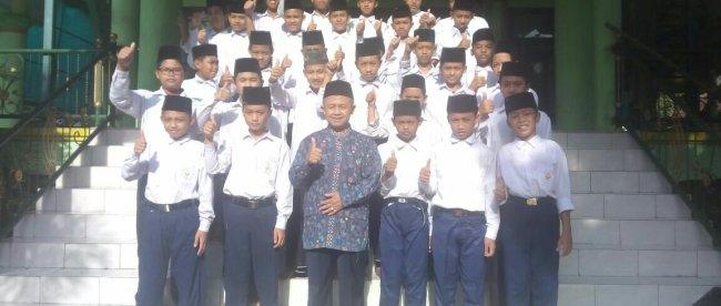 [08:28, 12/7/2017] Hero Akbar: KH. Ichsanudin bersama para Santri di halaman Masjid Ponpes Binaul Ummah (dok. KM)