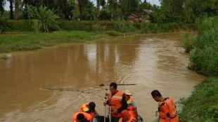Tim SAR sedang melakukan pencarian anak yang hanyut di Sungai Krueng, Langsa, Minggu 3/12 (dok. KM)