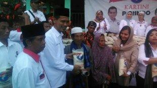 Calon Bupati Bogor dari jalur Independen, Ade Wardhana saat mengadakan kegiatan bakti sosial di Ciomas, Bogor 4/1/2018 (dok. KM)