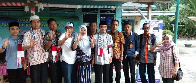 Ustad Fadillah bersama warga Kecamatan Silip, Bangka Induk, Selasa 6/3/18 (dok. KM)