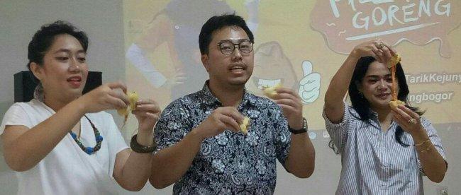 Pengelola Pizza Goreng memperlihatkan cara makan Pizza Goreng saat temu bersama wartawan di outlet barunya di Bogor, Sabtu 31/3 (dok. KM)
