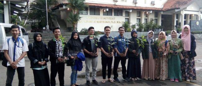 Aktivis mahasiswa yang tergabung dalam BEM se-Bogor (BSB) saat penanaman pohon bersama di Universitas Pakuan, Minggu 1/4 (dok. KM)