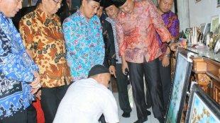 Pj Bupati Zainal Abidin dan Sekdakab Andi Wijaya beserta rombongan pada saat mengunjungi Lampung Kaligrafi Center, Sabtu 7/4 (dok. KM)