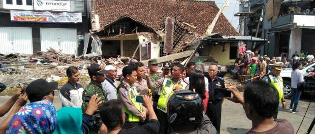 Jajaran Kodim 0713 Brebes dari Koramil Wilayah Selatan, jajaran Polres Brebes Selatan, jajaran Kecamatan Bumiayu, Dinas Kebersihan Bumiayu, para tokoh agama, tokoh masyarakat dan tokoh adat Desa Jatisawit dan sekitarnya bersinergi membersihkan puing pasca kecelakaan lalu-lintas di Jalan Pangeran Diponegoro, Bumiayu