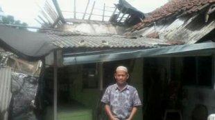 Nasuha, warga Desa Parakan, Kecamatan Ciomas, yang rumahnya rusak berat akibat angin puting beliung (dok. KM)