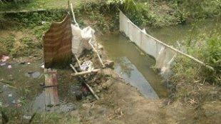 Bendungan air sungai yang dimanfaatkan oleh warga di Desa Margaluyu, Kecamatan Sagaranten, Kabupaten Sukabumi, yang mengalami kekeringan. (dok. KM)