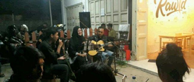 Penyanyi asal Depok, Naura, saat berduet dengan pengunjung dalam Live Music di acara Grand Launching Rawid Cafe, Depok, Sabtu malam 15/12/2018 (dok. KM)