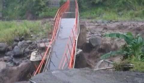 Jembatan antar desa di Plompong, Kecamatan Sirampog, Kabupaten Brebes, putus total pada Senin 21/1/2019 (dok. KM)