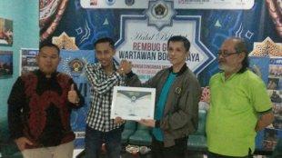 Ketua PWI Kota Bogor saat memberikan piagam penghargaan kepada Kantor Hukum Sembilan Bintang (dok. KM)