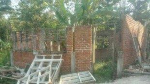 Pembangunan ruang kelas dua lokal di MTs Al-Haq, Sukabumi, yang Mangkrak (dok. Tar/KM)
