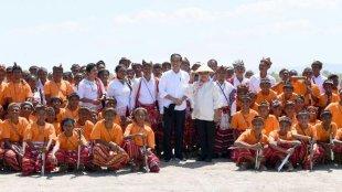 Presiden Joko Widodo meninjau aktivitas bongkar muat Pelabuhan Tenau di Kota Kupang, NTT pada Rabu, 21 Agustus 2019