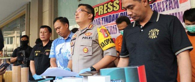 Kapolres Metro Tangerang Kota Kombes Pol Abdul Karim dan jajaran menggelar jumpa pers penangkapan terduga pembuatan handphone ilegal di Pinang, Kota Tangerang pada Jumat, 6/9/2019.