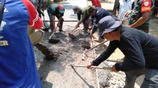 Kepala Desa Sidamulya Kec. Cipunagara Kab. Subang bangun jalan rabat beton dari dana desa tahap II tahun 2019 (dok. KM)