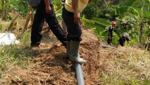 Warga Kampung Babakan Manglid, Desa Sukaraksa, bergotong royong membangun saluran pipa Pamsimas (dok. KM)