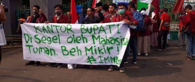 Aksi unjuk rasa mahasiswa IMM di depan Kantor Bupati Bogor, Rabu 20/11/2019 (dok. KM)