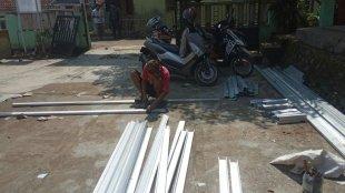 Terlihat hanya seorang pekerja yang sedang merangkai baja ringan dengan mengoplos baja ringan bekas untuk rangka atap di SDN Purasari 02, Leuwiliang, Kabupaten Bogor (dok. KM)