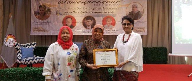 Pendiri Wardah kosmetik, Nurhayati Subakat, bersama ketua umum Sartika Merah Putih Inge A. Irawatie Bareither dan presenter Dian Puspasari (dok. KM)