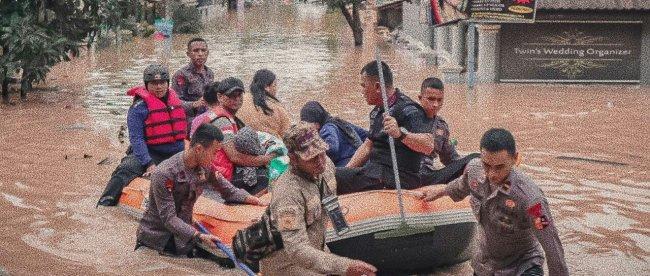 Petugas Kepolisan dari Polres Bogor membantu evakuasi warga yang terkena dampak banjir, Rabu 1/1/2020 (dok. KM)