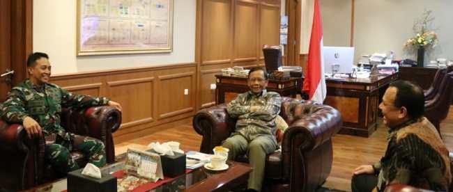 Menteri Koordinator Politik Hukum dan Keamanan (Menkopolhukam) Mahfud MD bertemu dengan Ketua KPK Firli Bahuri di ruang kerjanya, Rabu siang 3/6/2020 (dok. Hari Setiawan Muhammad Yasin/KM)