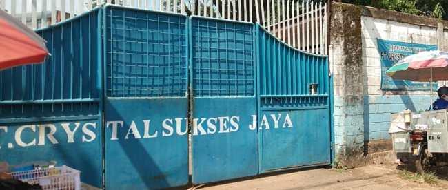 PT. Crystal Sukses Jaya di Jalan Raya Kemang-Parung, Kabupaten Bogor, masih beroperasi meski disegel Pemkab Bogor (dok. KM)