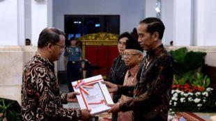 Gubernur Bengkulu, Rohidin Mersyah saat menyerahkan DIPA Pemprov Bengkulu 2020 kepada Presiden dan Wapres yang didampingi Menkeu Sri Mulyani Indrawati beberapa waktu lalu