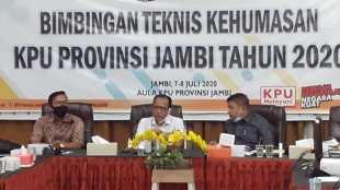 Komisioner dan sekretaris KPU Provinsi Jambi membuka pelatihan kehumasan bagi staf KPU, Selasa 7/7/2020 (dok. KM)