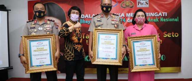Kapolda Sumatera Utara Irjen Pol. Martuani Sormin bersama Ketua Bhayangkari Daerah Sumatera Utara Risma Martuani Sormin menerima penghargaan rekor Museum Rekor Indonesia (Muri) di Tangerang Selatan pada Senin 27/7/2020(Istimewa)
