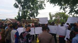 Aksi unjuk rasa wartawan di depan kantor KPUD Tanjungbalai, Jumat 4/9/2020 (dok. KM)