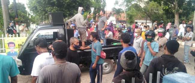 Editor: HJA Warga Kampung Nelayan dan Kampung Padang di depan Kantor Wasprod PT Timah Bangka Selatan, Rabu 9/9/2020 (dok. KM)