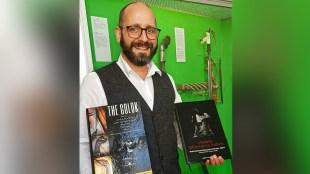 "Deputi Direktur Klingen Museum, Jerman, Dr. Sixt Wetzler, memperlihatkan buku ""The Golok"" yang disusun oleh Ki Kumbang dan Linda Turci (dok. KM),"
