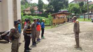 Kasi Tramtib Kecamatan Tenjolaya, Kabupaten Bogor, sedang memberikan arahan sebelum memulai operasi tenmask, Senin 12/10/2020 (dok. KM)