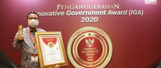 Sekprov Bengkulu Hamka Sabri saat menerima penghargaan sebagai provinsi Sangat Inovatif pada ajang Innovative Government Award (IGA) Tahun 2020 di Hotel Sultan Jakarta, Jum'at (18/12).