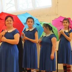 Radośnie i kolorowo, czyli jak SOSW w Wyszkowie obchodził Dzień Kolorowej Skarpetki i Dzień Otwarty dla przyjaciół