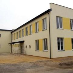 Dobiega końca modernizacja budynku oraz zagospodarowanie przestrzeni dziedzińca szkolnego w Zespole Szkół w Józefowie !!!