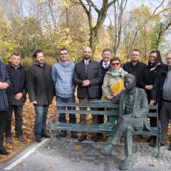 Odsłonięcie ławeczki Jerzego Różyckiego w wyszkowskim parku