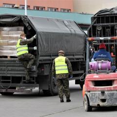 Żołnierze z Komorowa dbają o potrzebujących – dostarczają żywność