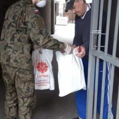 Żołnierze wspierają potrzebujących przed Wielkanocą.
