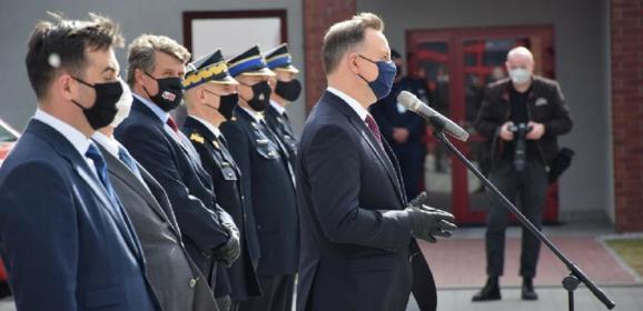 Przekazanie przez Prezydenta promes druhom na nowe wozy bojowe
