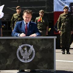 Minister Mariusz Błaszczak w Zegrzu: Żołnierze WOT będą wspierać organizatorów letniego wypoczynku dzieci i młodzieży