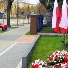 Obchody Święta Niepodległości, Chryzantemy w miejscach pamięci